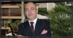 Carlos Estrela posando en su despacho